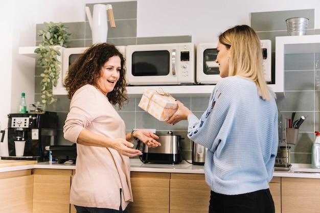 Mama En La Cocina | Mujer Joven Que Regala A Mama En La Cocina Descargar Fotos Gratis