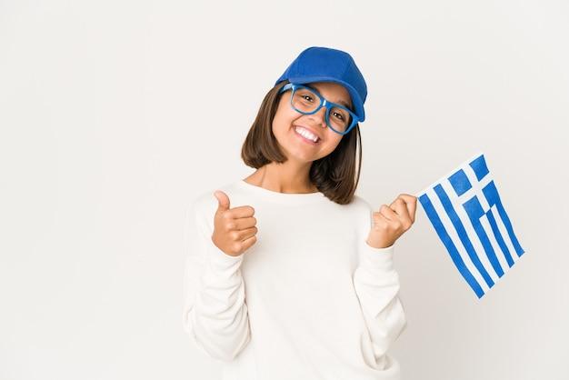Mujer joven de raza mixta sosteniendo una bandera de grecia | Foto Premium