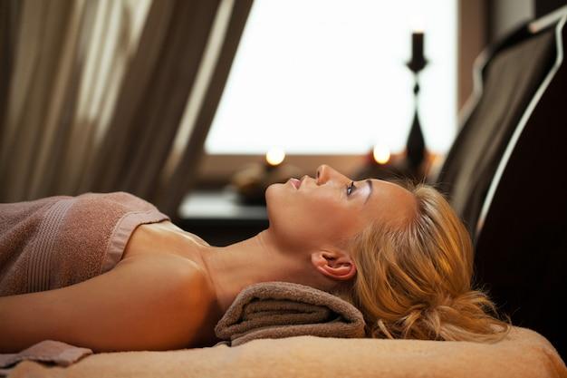 Mujer joven relajarse en spa de lujo Foto gratis