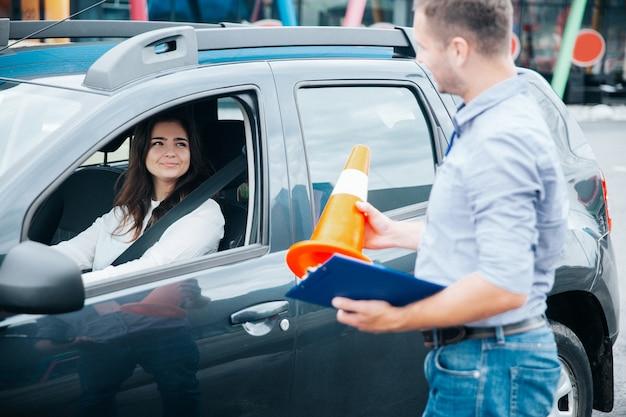 Mujer joven en su examen de licencia de conducir Foto Premium