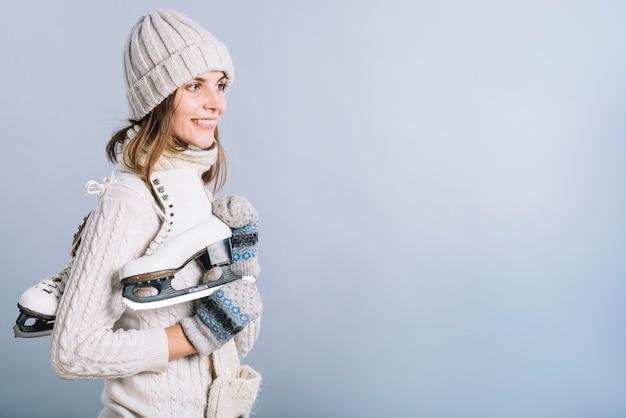 Mujer joven en suéter con patines Foto gratis