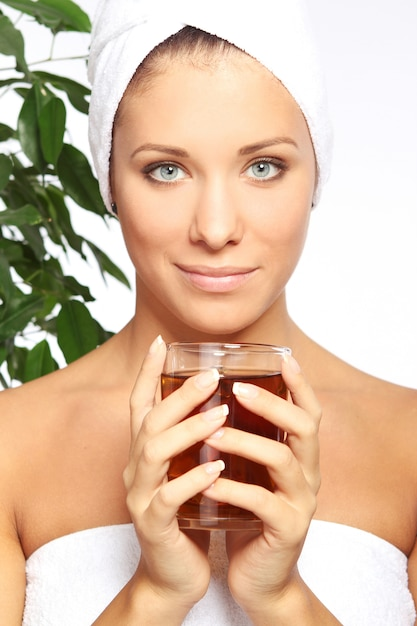 Mujer joven con una taza de té caliente Foto gratis