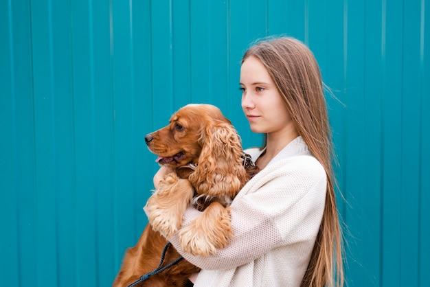 Mujer joven, tenencia, ella, lindo, perro Foto gratis