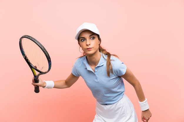 Mujer joven tenista sobre pared rosa aislado Foto Premium