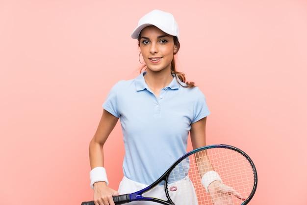 Mujer joven tenista sobre pared rosa Foto Premium