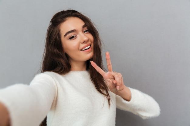 Mujer joven, toma, selfie Foto gratis