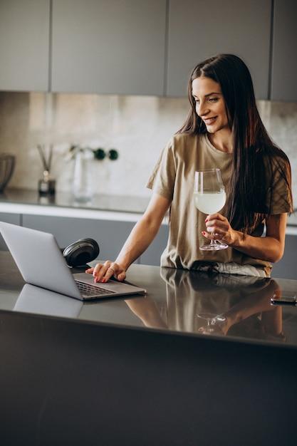 Mujer joven trabajando en un portátil desde casa Foto gratis