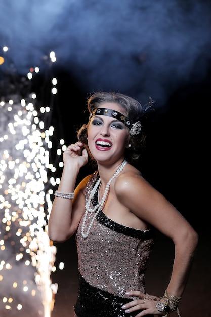 Mujer joven en traje disfrutando de la fiesta de carnaval y sonriendo Foto gratis