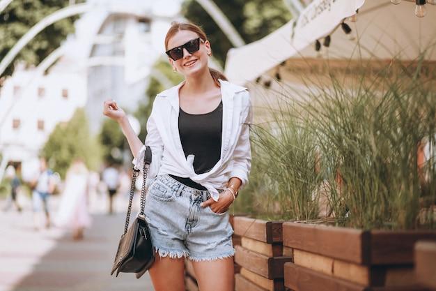 Mujer joven en traje de verano en la ciudad Foto gratis