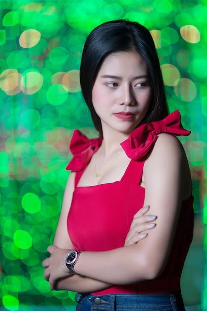 Mujer joven triste con las luces abstractas de la ciudad del bokeh Foto gratis