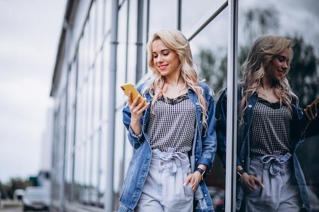 Mujer joven, utilizar, teléfono, exterior Foto gratis