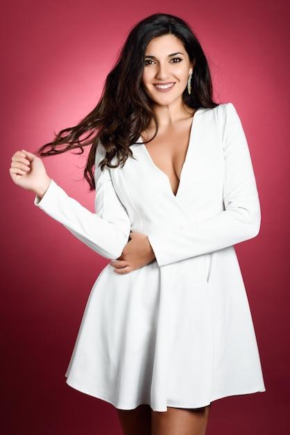 5abdb3ae7 Mujer joven con un vestido blanco corto sonriendo a la cámara ...