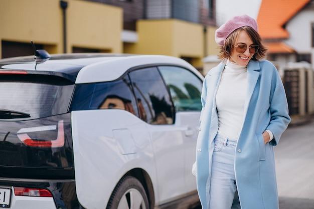 Mujer joven, viaje, en, coche eléctrico Foto gratis
