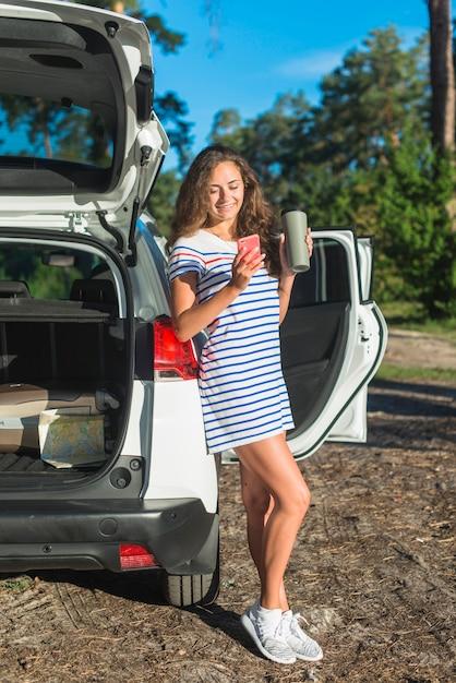 Mujer joven en un viaje por coche Foto gratis