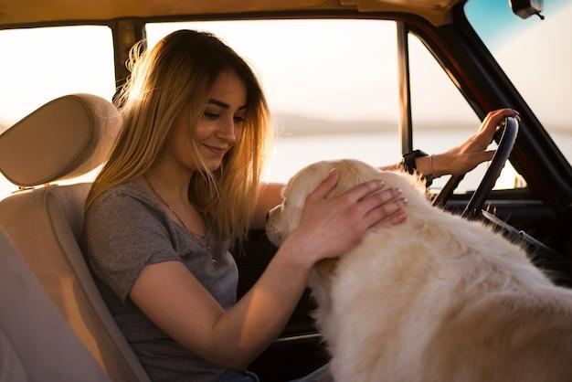 Mujer en joven en un viaje por coche Foto gratis
