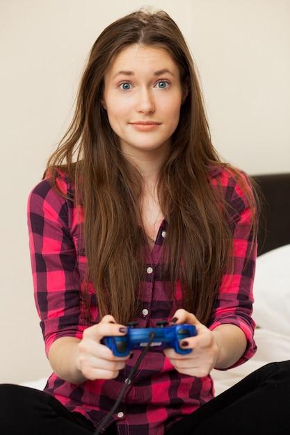 Mujer joven en videojuegos casuales Foto gratis