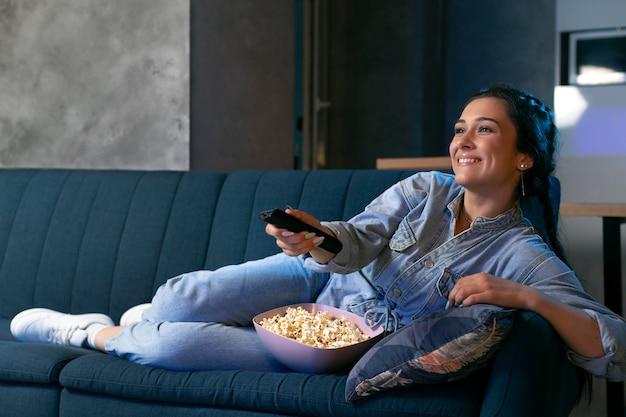 Mujer joven viendo netflix en casa Foto gratis