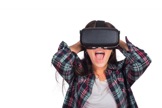 Mujer jugando con gafas vr-headset. Foto gratis