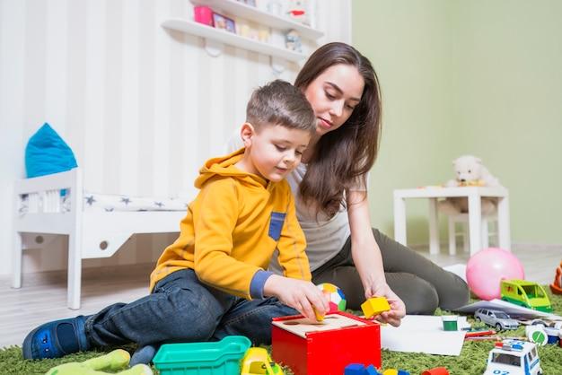 mujer jugando con su hijo en casa