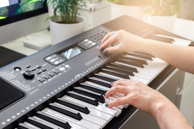 Mujer jugando en sintetizador Foto Premium