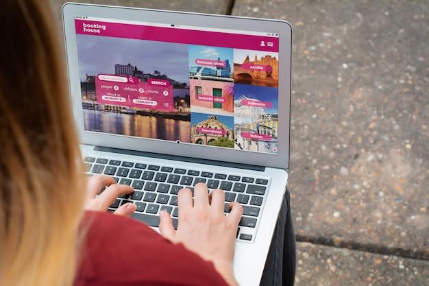 Mujer con laptop reservando un hotel en el sitio web Foto Premium