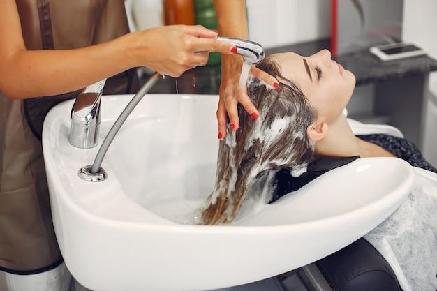Mujer lavando la cabeza en una peluquería Foto gratis