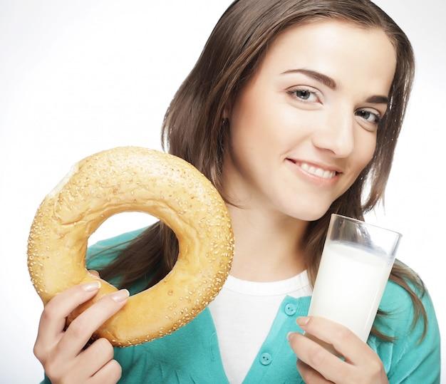 Mujer con leche y donut Foto Premium