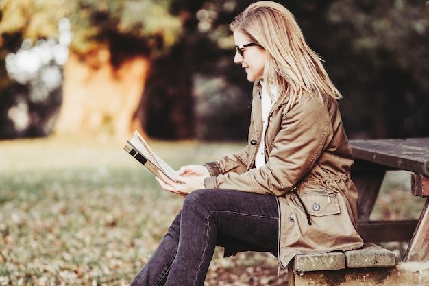 Mujer, leer un libro, en, ocaso Foto Premium