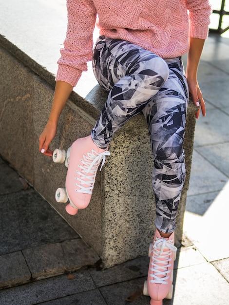 Mujer en leggins con patines Foto gratis