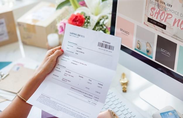 Mujer leyendo factura de pago Foto gratis