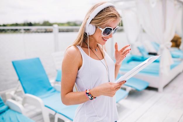 Mujer leyendo hojas de música | Descargar Fotos gratis