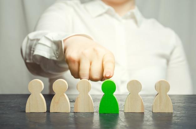 La mujer líder elige a la persona en el equipo. Foto Premium