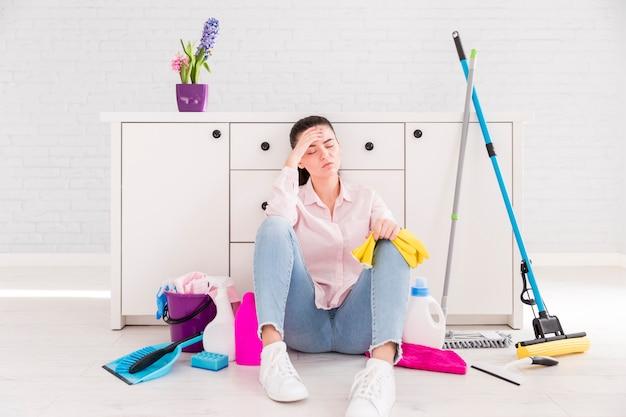 Mujer Limpiando Su Casa Foto Gratis