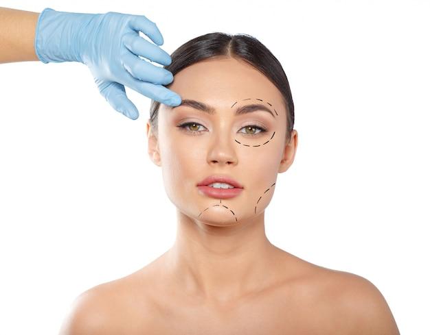 Mujer con líneas punteadas en la cara, cosmetología Foto Premium