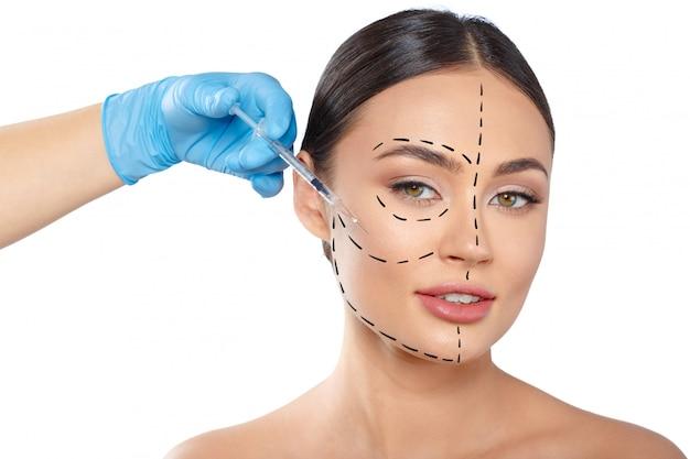Mujer con líneas de puntos en la cara, cosmetología. Foto Premium