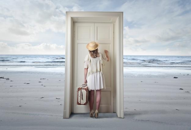 Mujer llama a una puerta Foto Premium