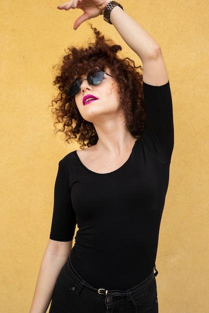 Mujer, llevando, ropa casual Foto gratis