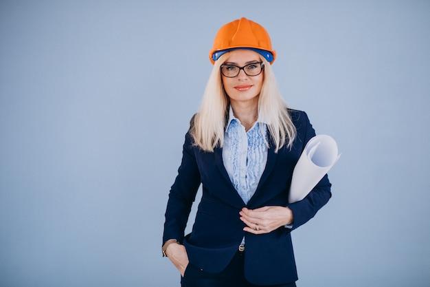 Mujer madura arquitecto en casco Foto gratis