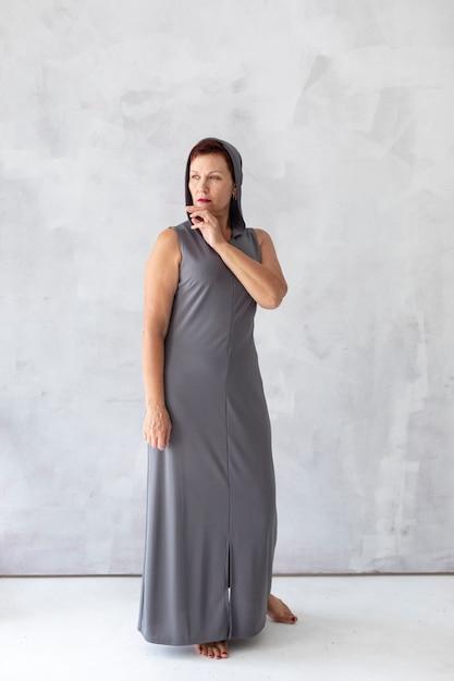 Mujer Madura Segura En Vestido Gris Foto Gratis