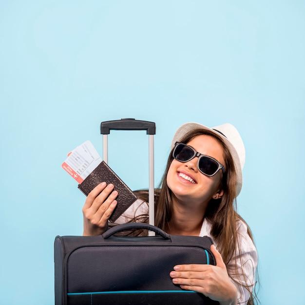 Mujer con maleta lista para el vuelo Foto gratis