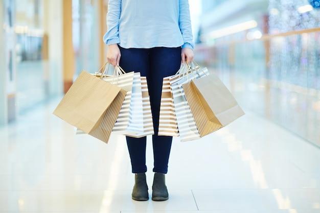 Mujer en el mall Foto gratis