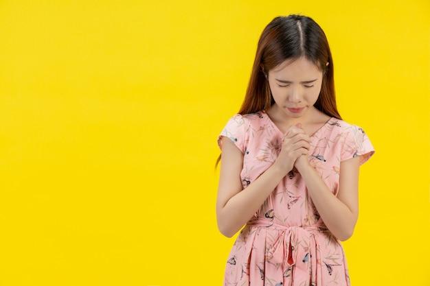 Una mujer con una mano de oración Foto gratis