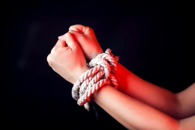 Mujer con las manos atadas. concepto de violencia de mujer Foto Premium