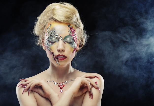Mujer con maquillaje artístico brillante Foto Premium