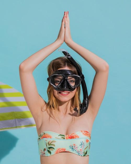 Mujer en la máscara que bucea que mira la cámara Foto gratis