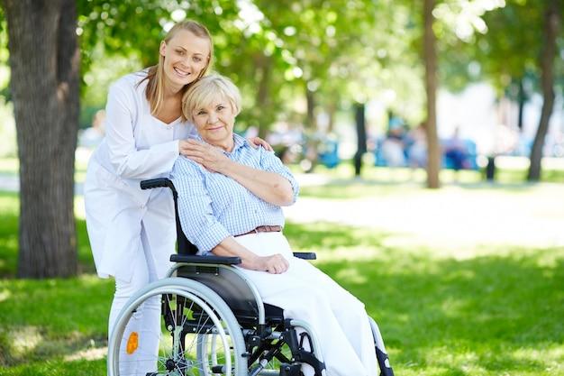 Mujer mayor con su cuidadora al aire libre Foto gratis