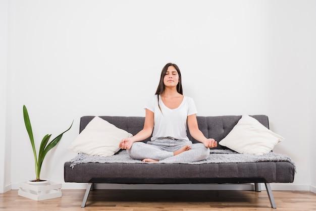 Mujer meditando en casa Foto Premium