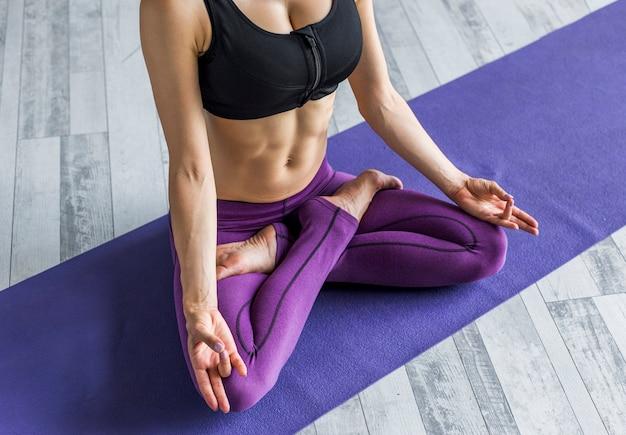 Mujer meditando en una postura de loto Foto gratis