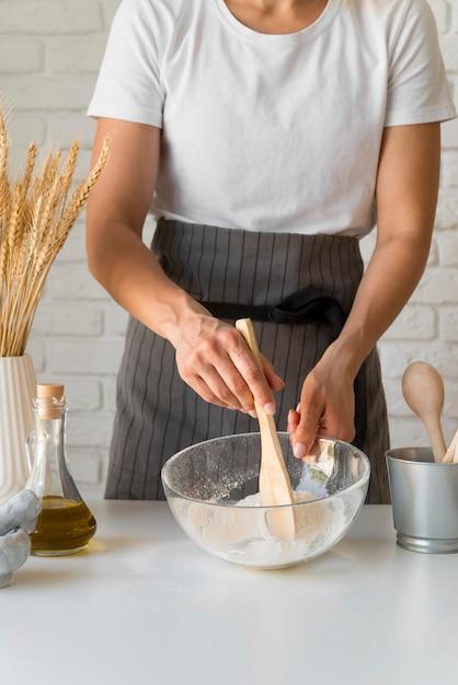 Mujer mezclando ingredientes en un tazón Foto gratis