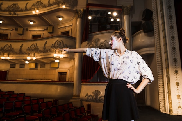 Mujer mimo ensayando en el escenario Foto gratis